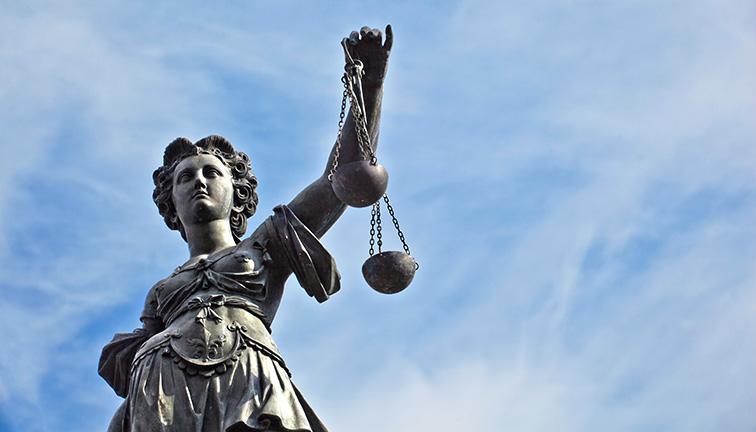 Statue Justizia mit Waage