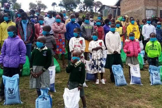 Kinder und Jugendliche in Kenia mit Masken