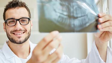 Zahnarzt mit Röntgenaufnahme