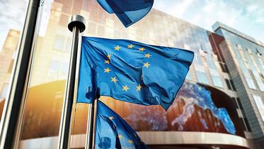 Europaflagge vor Gebäude