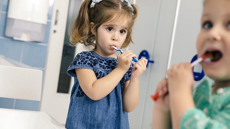 Kinder bei der Zahnpflege